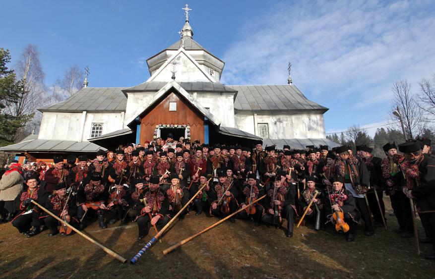 Біля церкви Різдва Пресвятої Богородиці