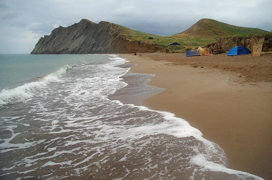 Пляж у Тихій Бухті. На задньому плані мис Хамелеон