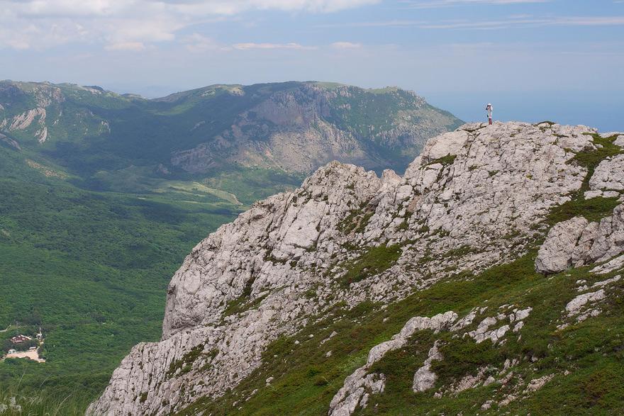 Скелясті гребені Чатир-Дагу. Внизу Ангарський перевал.