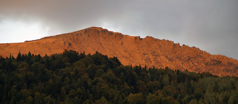 Панорама вершини гори Пікуй (1406 м). Вид з села Щербовець.