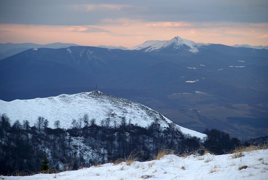 Гора Православний Хрест-1215 м та гора Пікуй-1406 м (на задньому плані)