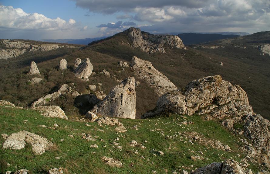 """Вид на """"Чортові пальці"""" зі схилів гори Ильяс-Кая. Місце випромінює електромагнітні коливання та мікроімпульси НВЧ-діапазону"""