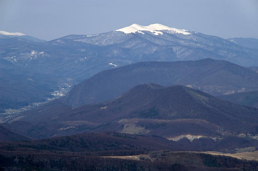 Засніжені куполи гори Гостра (1405 м)