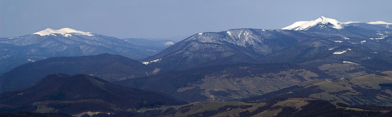 Полонинський та Вододільний хребет з вершинами Гостра і Пікуй. Вид з гори Темнатик (Боржава)