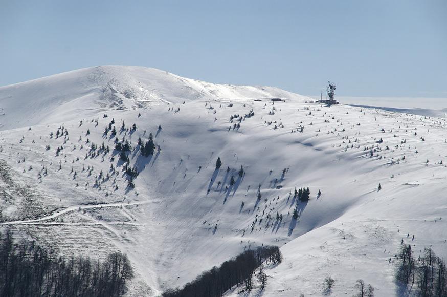 Гора Плай-1330 м та г. Великий верх-1598 м (на задньому плані)