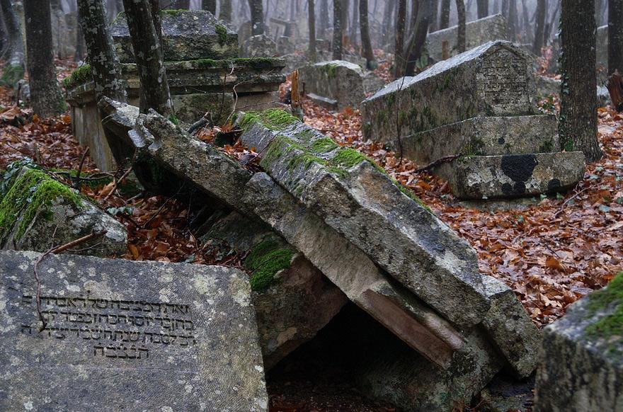 Зруйновані часом вони вросли в землю... Їх написи стерлися від вітру і вологи...