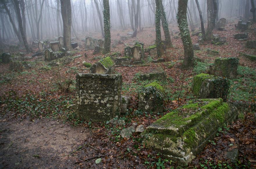 На кладовищі знаходиться 7500 пам'ятників