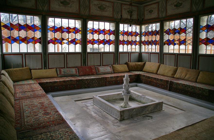 Літня альтанка у Басейному дворику в якій знаходиться фонтаз вирізаний з білого мармуру