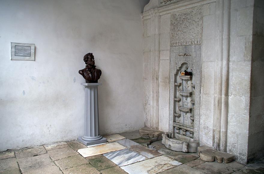 """""""Фонтан сліз"""" - який став широко відомим завдяки поемі «Бахчисарайський фонтан» Олександра Пушкіна."""