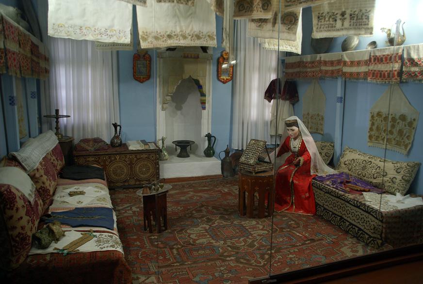 Кімната нареченої: За звичаєм, наречена повинна була принести в будинок нареченого придане 9 разів по 9 речей, наприклад - шуб, килимів і т.п.