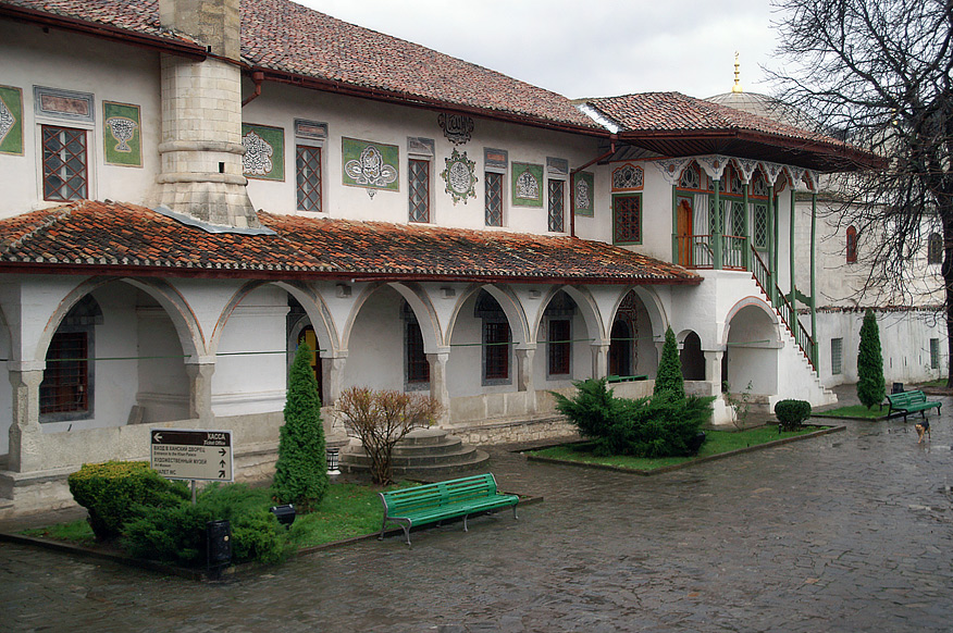 Територія Палацового комплексу займає 4,3 гектари на якій знаходяться музеї та виставки.