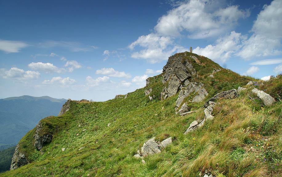 Вершина гори оздоблена мальовничими скелями та стрімкими урвищами