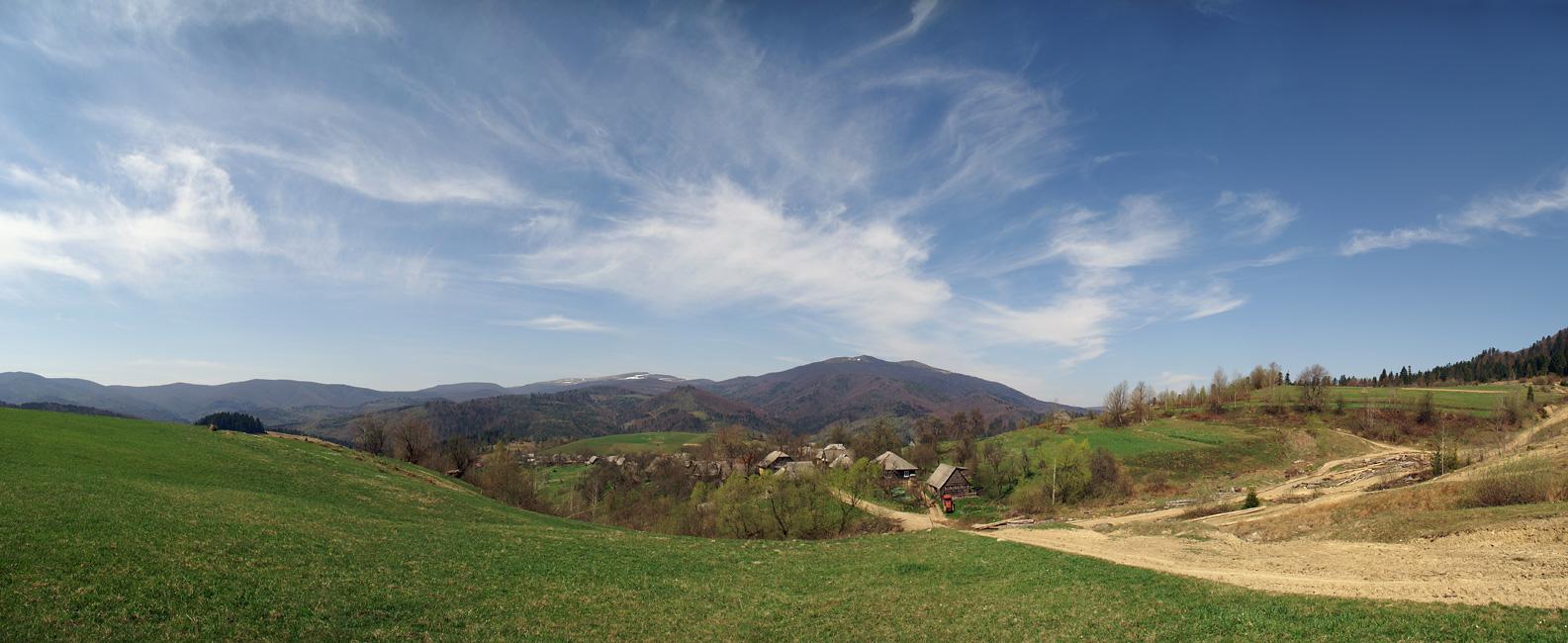 Вид на село Щербовец (Закарпатье). Конец апреля. На заднем плане гора Полонина Руна (1479 м) и Острая (1405 м)