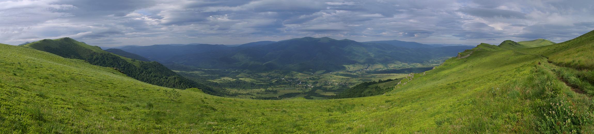 Вид з Верховинського Вододільного хребта на Полонинський хребет