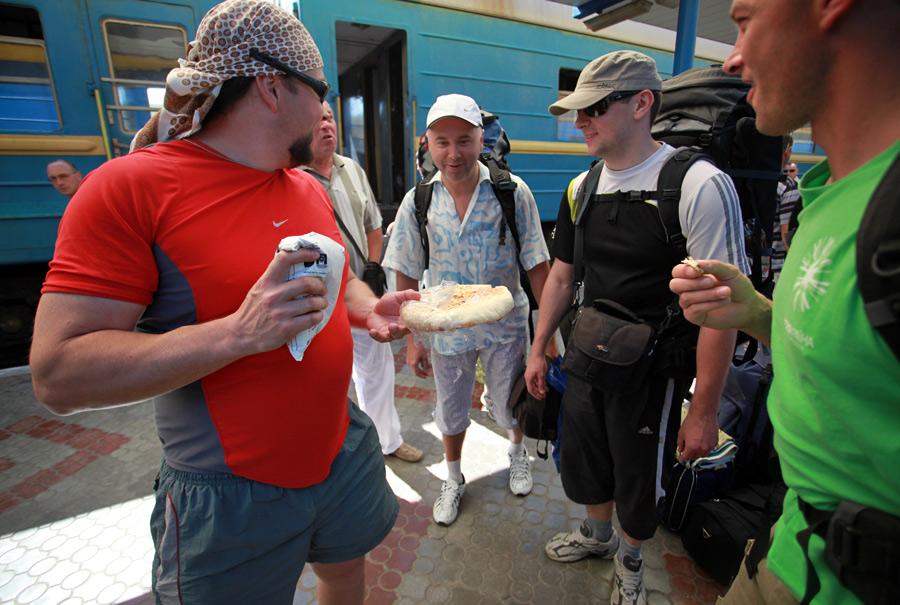 Сімферополь. Вокзал. Зустріч учасників фототуру хлібом і сіллю