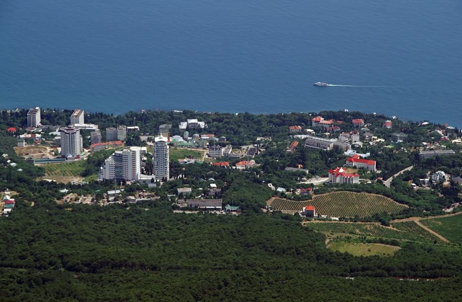 Вид на Чорноморське узбережжя з вершини Ай-Петрі