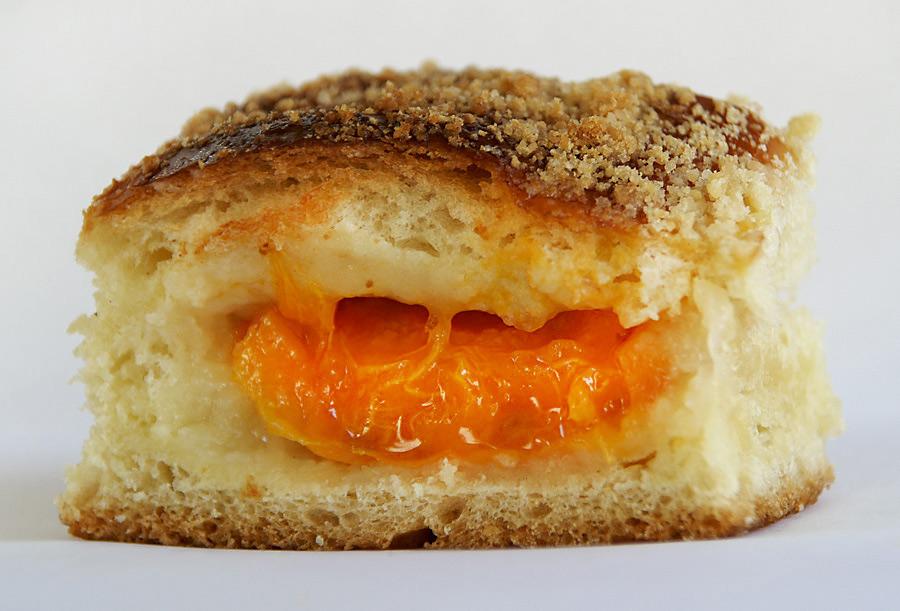 Булочка з абрикосовою начинкою
