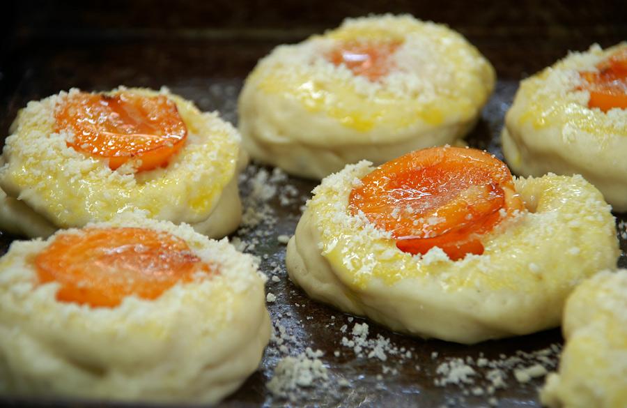 Абрикосові булочки у вигляді ватрушок