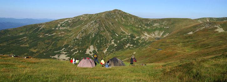 Табір на висоті 1940 м над р.м. під горою Брескул. На задньому плані г. Гутин-Томнатик (2016 м)
