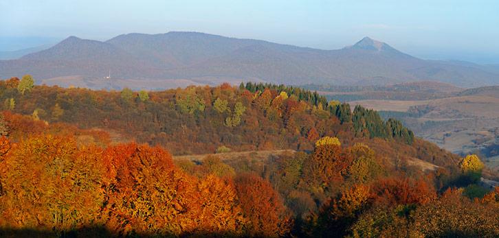Вид на Вододільний хребет з перевалу Менчул (Воловець)
