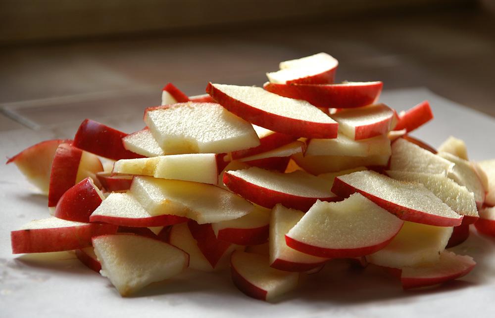 3. Яблука нарізати тоненькими скибочками