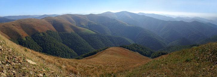 Вид на хребет Красна з вершини гори Топас (1548 м над р.м.)