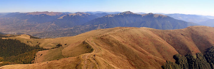 Краєвид із 65-ти метрової вежі на горі Топас (1548 м над р.м.). На дальньому плані  хребет Пішконя, вершини: Негровець, Ясновець, Даравайка, Стримба, Стреминіс