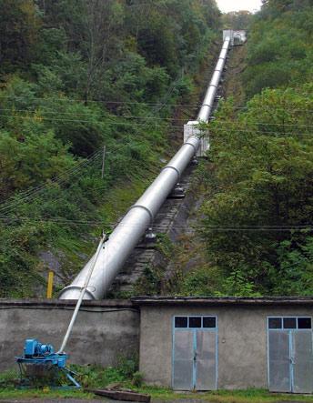 350 метрова труба по якій вода надходить на турбіни
