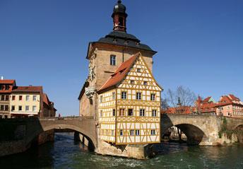 Міська ратуша в місті Бамберг - єдина в світі ратуша побудована на воді