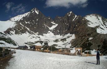 """Гірськолижне урочище """"Скалнате Плесо"""" (Skalnate pleso) з видом на гору Ломницький Штіт"""