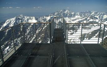 Оглядова площадка на вершині Lomnicky Stit (2634 м). Конструкція здатна витримати навантаження 1520 кг/м2 та пориви вітру 252 км/год